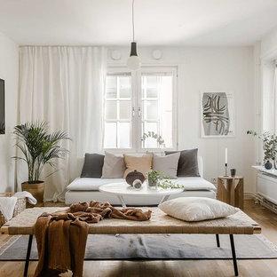 Idéer för mellanstora skandinaviska separata vardagsrum, med vita väggar, ljust trägolv och en väggmonterad TV