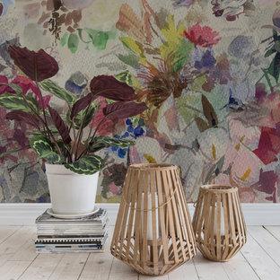 ヨーテボリのトラディショナルスタイルのおしゃれなリビング (マルチカラーの壁) の写真