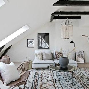 Skandinavisk inredning av ett mellanstort loftrum, med vita väggar, ljust trägolv, beiget golv och ett finrum