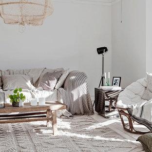 Inredning av ett nordiskt separat vardagsrum, med vita väggar, målat trägolv och vitt golv