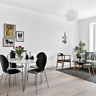 Inspiration för ett stort skandinaviskt allrum med öppen planlösning, med vita väggar och ljust trägolv