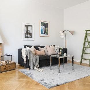 Bild på ett skandinaviskt vardagsrum, med vita väggar, mellanmörkt trägolv, en standard öppen spis, en spiselkrans i tegelsten, beiget golv och ett finrum