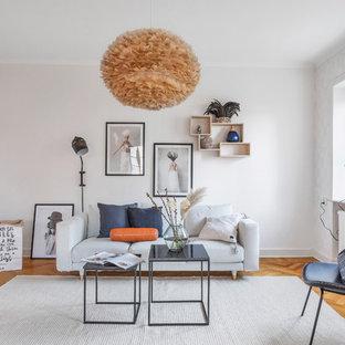 Bild på ett mellanstort skandinaviskt separat vardagsrum, med vita väggar, mellanmörkt trägolv och orange golv