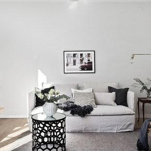 Inspiration för ett mellanstort minimalistiskt vardagsrum, med grå väggar, mellanmörkt trägolv och brunt golv