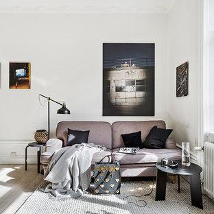 Inspiration för nordiska allrum med öppen planlösning, med vita väggar, ljust trägolv och beiget golv