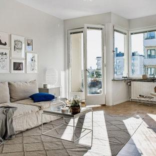 Idéer för skandinaviska separata vardagsrum, med ett finrum, grå väggar, ljust trägolv och beiget golv