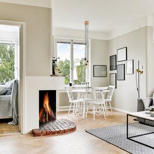 Idéer för mellanstora skandinaviska allrum med öppen planlösning, med ett finrum, grå väggar och ljust trägolv