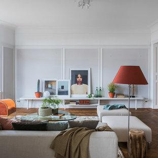 Inspiration för ett stort vintage allrum med öppen planlösning, med grå väggar och mörkt trägolv
