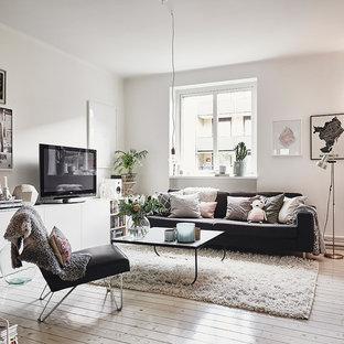 Skandinavisk inredning av ett mellanstort separat vardagsrum, med vita väggar och ljust trägolv