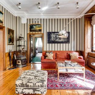 Bild på ett vintage separat vardagsrum, med flerfärgade väggar, mellanmörkt trägolv och orange golv