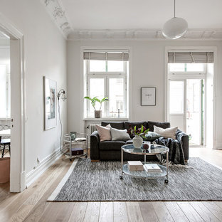 Inspiration för ett stort minimalistiskt vardagsrum, med ett finrum, vita väggar, ljust trägolv och beiget golv