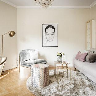 Minimalistisk inredning av ett litet vardagsrum, med ett finrum, beige väggar, ljust trägolv och beiget golv
