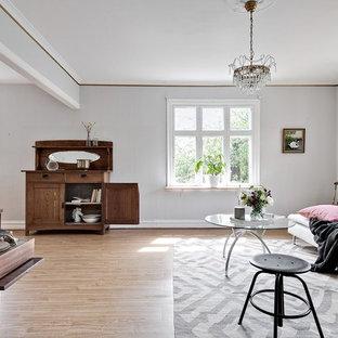Bild på ett minimalistiskt vardagsrum, med grå väggar, ljust trägolv och brunt golv