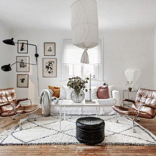 Inspiration för ett mellanstort skandinaviskt vardagsrum, med vita väggar, mellanmörkt trägolv och brunt golv
