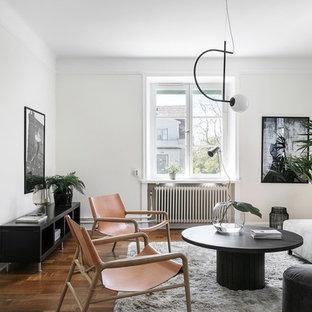 Inspiration för ett skandinaviskt separat vardagsrum, med vita väggar, mellanmörkt trägolv och brunt golv