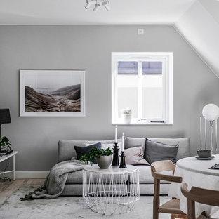Foto på ett nordiskt vardagsrum, med grå väggar