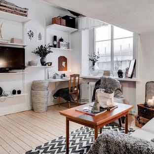 Diseño de salón abierto, escandinavo, pequeño, sin chimenea, con paredes blancas, suelo de madera clara y televisor independiente