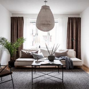 Idéer för ett skandinaviskt vardagsrum, med vita väggar och ljust trägolv