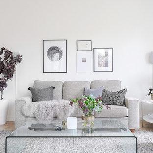Inspiration för mellanstora minimalistiska separata vardagsrum, med vita väggar, ljust trägolv och beiget golv