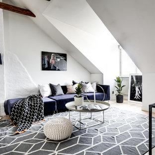Bild på ett stort minimalistiskt allrum med öppen planlösning, med ett finrum, vita väggar, ljust trägolv och beiget golv
