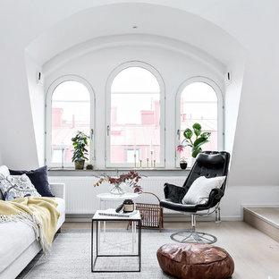Foto på ett mellanstort nordiskt allrum med öppen planlösning, med vita väggar, ljust trägolv och beiget golv