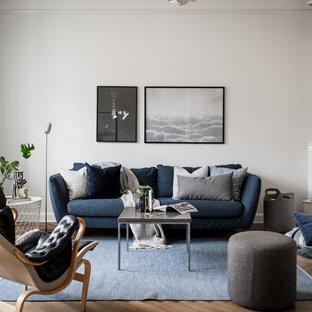 Exempel på ett minimalistiskt separat vardagsrum, med ett finrum, vita väggar, mellanmörkt trägolv och beiget golv