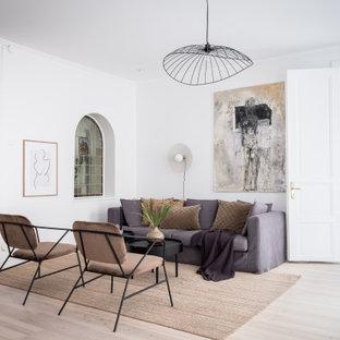 Exempel på ett nordiskt separat vardagsrum, med vita väggar, ljust trägolv och beiget golv
