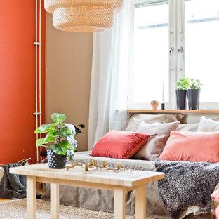 Modelo de salón para visitas cerrado, nórdico, con parades naranjas, suelo de madera clara y suelo beige