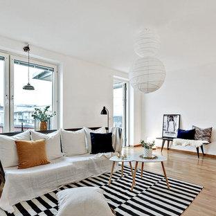 Inspiration för ett mellanstort skandinaviskt allrum med öppen planlösning, med vita väggar och ljust trägolv