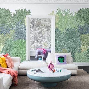 Bild på ett funkis vardagsrum, med gröna väggar, mörkt trägolv och svart golv