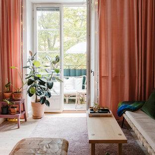 Inspiration för ett litet minimalistiskt vardagsrum, med rosa väggar, ljust trägolv och beiget golv