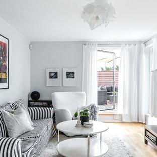 Inspiration för ett mellanstort funkis vardagsrum, med grå väggar, mellanmörkt trägolv, en väggmonterad TV och brunt golv