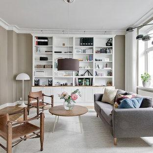 Bild på ett minimalistiskt separat vardagsrum, med ett finrum, grå väggar, mellanmörkt trägolv, en väggmonterad TV och beiget golv