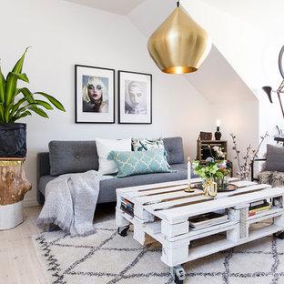 Inredning av ett nordiskt mellanstort vardagsrum, med vita väggar, ljust trägolv, beiget golv och ett finrum