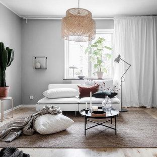 Inspiration för ett mellanstort skandinaviskt separat vardagsrum, med grå väggar, ljust trägolv och beiget golv