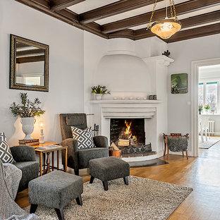 Foto på ett skandinaviskt separat vardagsrum, med vita väggar, ljust trägolv, en öppen hörnspis och beiget golv