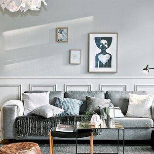 Foto på ett mellanstort skandinaviskt allrum med öppen planlösning, med grå väggar, ljust trägolv och ett finrum