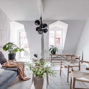 Idéer för skandinaviska vardagsrum, med vita väggar, ljust trägolv och beiget golv