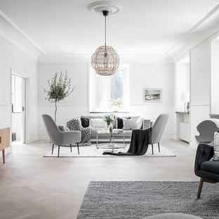 Bild på ett stort minimalistiskt vardagsrum, med vita väggar, ljust trägolv och beiget golv