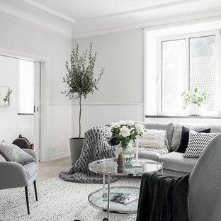 Idéer för ett mellanstort nordiskt vardagsrum, med vita väggar, ljust trägolv och beiget golv