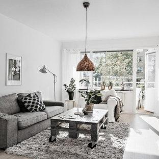 Idéer för ett mellanstort skandinaviskt allrum med öppen planlösning, med vita väggar, ljust trägolv och ett finrum