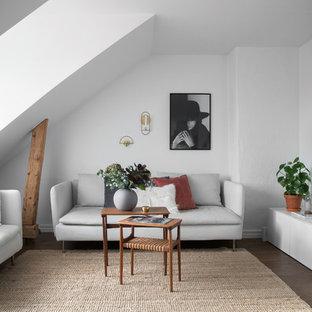 Exempel på ett litet nordiskt allrum med öppen planlösning, med vita väggar, mörkt trägolv och brunt golv