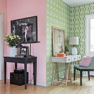 Ispirazione per un soggiorno boho chic di medie dimensioni e aperto con pareti rosa, parquet chiaro, nessun camino e nessuna TV