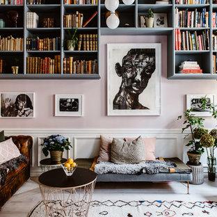 Ispirazione per un soggiorno boho chic di medie dimensioni e chiuso con libreria, pareti rosa, parquet chiaro e pavimento beige