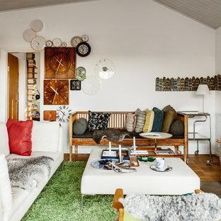 Idéer för ett skandinaviskt vardagsrum, med vita väggar, mellanmörkt trägolv och brunt golv