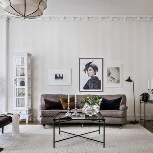 Idéer för ett stort klassiskt separat vardagsrum, med ett finrum, beige väggar, mellanmörkt trägolv och beiget golv