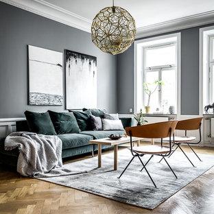 Idéer för att renovera ett funkis vardagsrum, med grå väggar, beiget golv och ljust trägolv