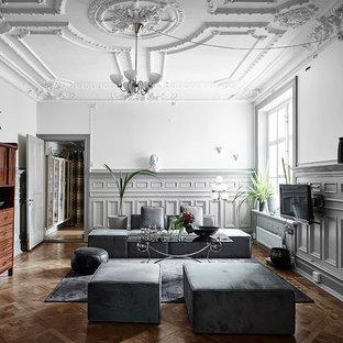 Idéer för ett klassiskt separat vardagsrum, med grå väggar, en väggmonterad TV, brunt golv, ett finrum och mellanmörkt trägolv