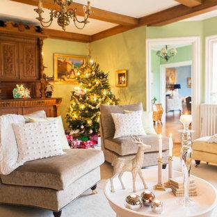 Idéer för vintage vardagsrum, med gröna väggar, heltäckningsmatta och beiget golv