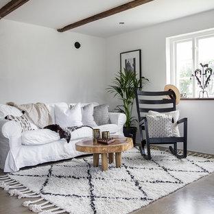 Inspiration för små lantliga separata vardagsrum, med vita väggar, betonggolv, grått golv och ett finrum